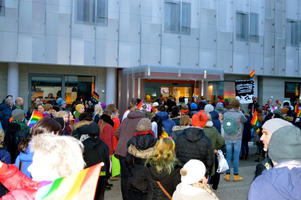 Ups, schon vorbei? Die Parade dauerte keine zwanzig Minuten und führte direkt ins Tvilbit - hier war ein gemeinsamer Absacker zum Aufwärmen angekündigt, doch 1.000 Menschen passten da nicht rein. ;-)