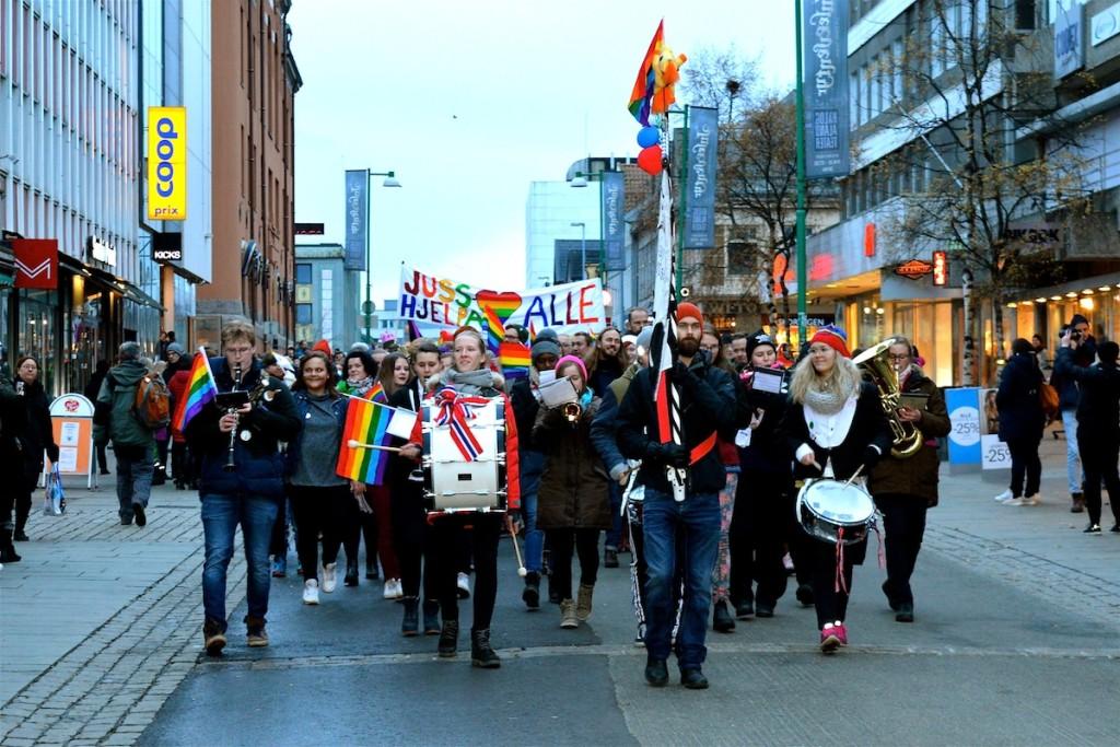 """Die Parade geht mitten durch die """"Einkaufsstraße"""" Tromsøs, die Storgata."""